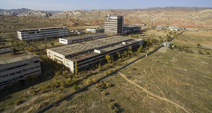 Тут зреет экологическая катастрофа — кадры заброшенного завода в КР