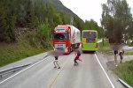 Невероятное везение! В Норвегии школьник чудом не угодил под колеса фуры