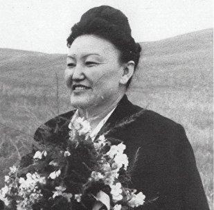 Народная артистка СССР, оперная певица Сайра Кийизбаева (справа). Архивное фото