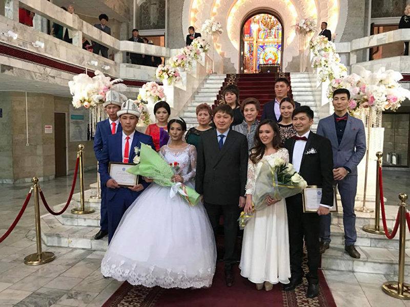 Премьер-министр Сапар Исаков на свадьбе молодоженов, зарегистрировавших брак с помощью вновь созданного портала государственных услуг Таза Коом