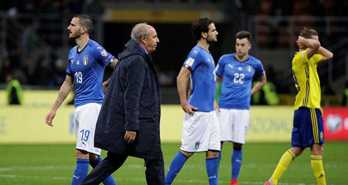 Главный тренер сборной Италии по футболу Джампьеро Вентура и футболисты сборной Италии после матча с Швецией за путевку на чемпионат мира-2018