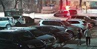 Авто снесло спецтабло Внимание, дети! у школы в Бишкеке — видео