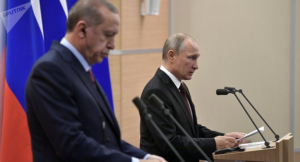 Президент РФ Владимир Путин и президент Турции Реджеп Тайип Эрдоган (слева) на пресс-конференции по итогам российско-турецких переговоров.