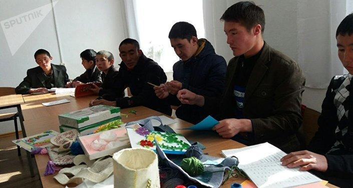 Нарын облусуна көчүрүлүп келген Памир кыргыздары медициналык кароодон өтүп, окуусун улантып жатышат