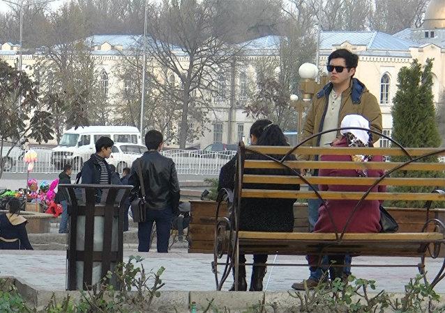 Слепой просит разменять деньги — соцэксперимент в Бишкеке