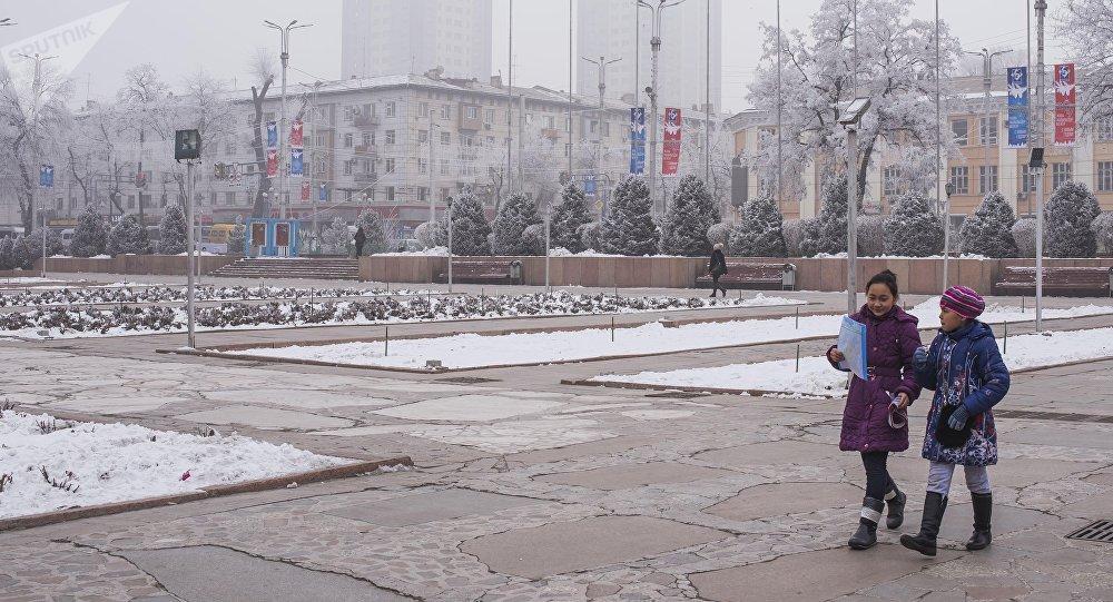 Дети идут близ скульптурного комплекса Манас в Бишкеке. Архивное фото
