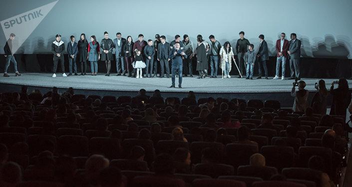 Показ фильма Ата в кинотеатре Манас в Бишкеке