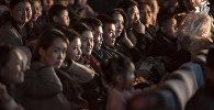 Кинотеатрдагы көрүүчүлөр. Архивдик сүрөт