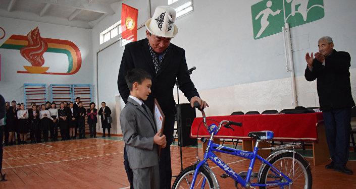 В Иссык-Кульской области наградили первоклассника Альалима Алланазарова, который 13 сентября вынес из горящего дома полуторагодовалого малыша