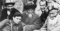Агартуучу, жазма акын Тоголок Молдонун архивдик сүрөтү