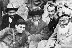 Ортодо акын, манасчы Тоголок Молдо, анын оң жагында казак акыны Жамбыл Жабаев. Архив