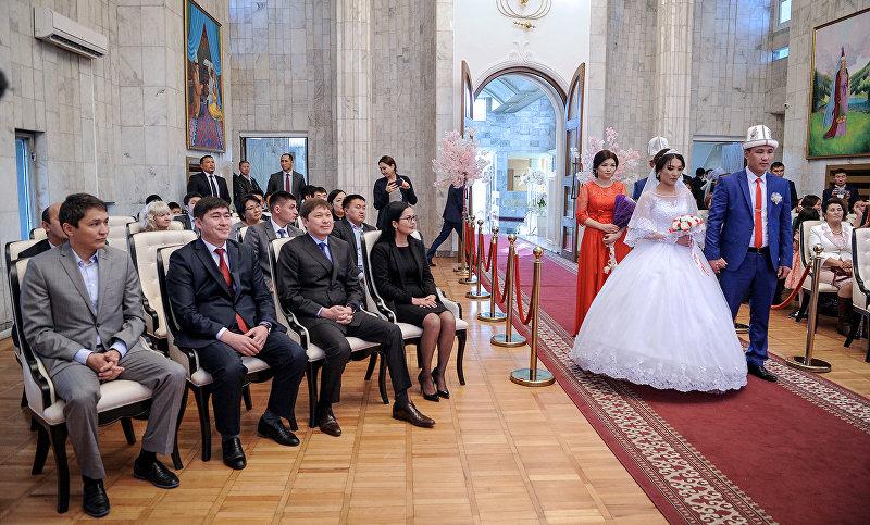 Премьер-министр Кыргызской Республики Сапар Исаков принял участие в церемонии бракосочетания граждан Султанова Чынгыза и Авазовой Гульзат, а также Конокалы уулу Ынакбека и Дуйшоналы кызы Жанары.