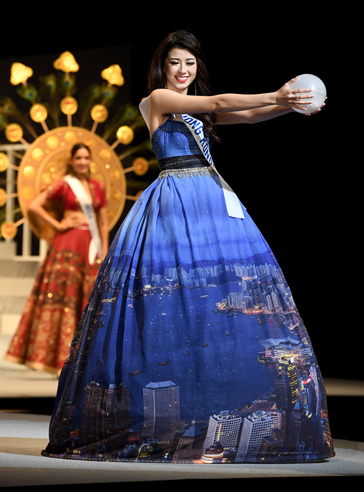 20-летняя Винг Вонг из Гонконга демонстрирует национальный костюм
