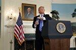 Президент США Дональд Трамп открывает бутылку с водой, во время выступления в Белом доме в Вашингтоне, 15 ноября 2017 года.