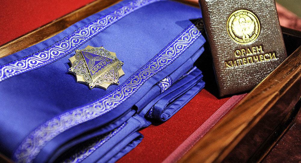 Государственная награда первой категории — орден Достук. Архивное фото