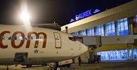 Самолет компании Pegasus в взлетной полосе международного аэропорта Манас. Архивное фото