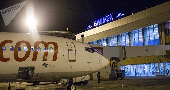 Самолет на взлетной полосе международного аэропорта Манас. Архинвое фото