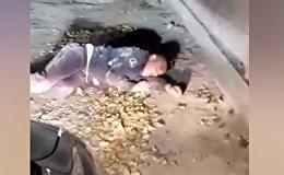 Күбө жолдо милициянын формасын кийип жаткан кишини видеого тартып алган