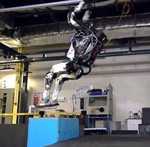 Робот прыгает как человек и делает сальто — видео