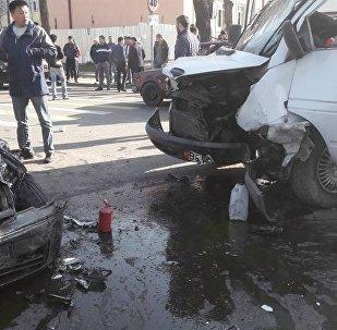 Последствия ДТП с маршрутным микроавтобусом в Бишкеке. Архивное фото