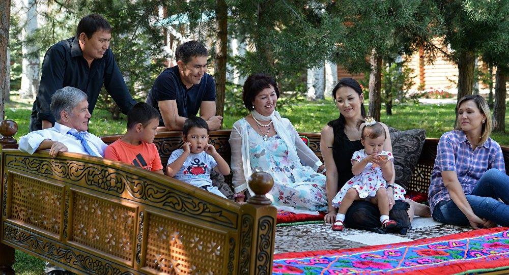Экс-президент Алмазбек Атамбаев үй бүлөсү менен. Архивдик сүрөт