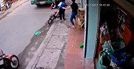 Школьник чудом не остался пол колесами грузовика — видео из Вьетнама