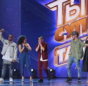 Участники шоу Ты супер! Танцы на НТВ во время выступления