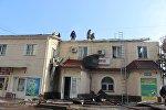 Сотрудники противопожарной службы во время тушения возгорания в двухэтажном здании на улице Бектенова в Бишкеке