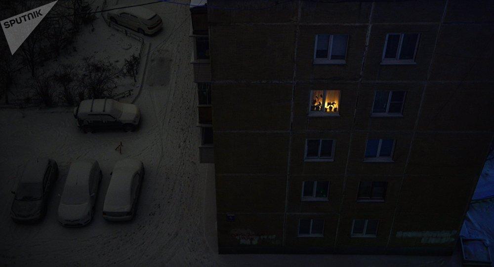 Свет в окне пятиэтажного дома. Архивное фото