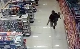 Полицейский застрелил грабителей, держа ребенка на руках — видео из Бразилии