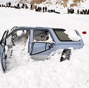 Автомобиль снесенный лавиной. Архивное фото