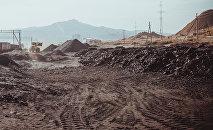 Уголь на месте загрузки по вагонам в городе Таш-Кумыр. Архивное фото