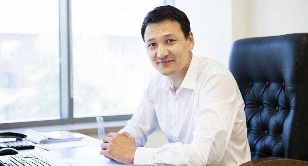 Член правления Российско-кыргызского фонда развития Аймен Касенов в рабочем кабинете