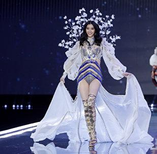 Кытайлык модель Мин Си Victoria's Secret брендинин Шанхайдагы көргөзмөсүндө
