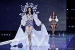 Модель из Китая Мин Си во время показа нижнего белья Victoria's Secret в Шанхае