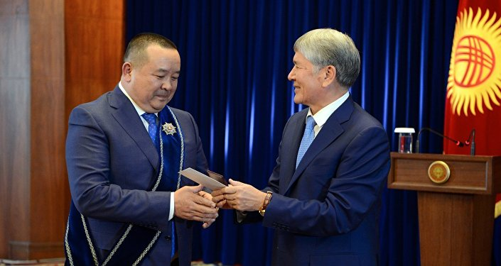 Архивное фото экс-президента Алмазбека Атамбаева во время вручения ордена Манас III степени своему советнику Икрамжану Илмиянову. Архивное фото