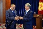 Президент Алмазбек Атамбаев кеңешчиси Икрамжан Илмияновко III даражадагы Манас орденин тапшыруу аземинде