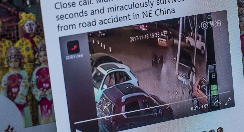 ВКитайской народной республике мужчина два раза за10 секунд избежал смерти