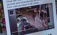 Фонарный столб падает в сторону прохожего в Китае. Фото с Twitter-страницы китайское издания People's Daily, China