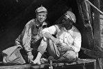 Актеры Анатолий Кузнецов (справа) в роли Сухова и Николай Годовиков (слева) в роли Петрухи в кинофильме Белое солнце Пустыни (режиссер Владимир Мотыль).