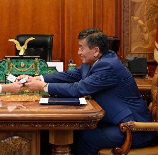 Действующий президент Алмазбек Атамбаев и избранный президент Сооронбай Жээнбеков