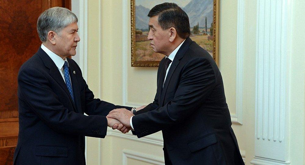 Архивное фото экс-президента Кыргызской Республики Алмазбека Атамбаева с президентом Сооронбаем Жээнбековым