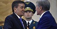 Кыргызстанда мурдагы президент Алмазбек Атамбаев менен мамлекеттин азыркы башчысы Сооронбай Жээнбековдун архивдик сүрөтү