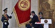 Сооронбай Жээнбеков приносит присягу народу Кыргызстана на торжественной церемонии официального вступления Сооронбая Жээнбекова в должность президента Кыргызской Республики в доме приемов Энесай Государственной резиденции Ала-Арча. 24 ноября 2017 года