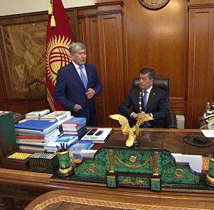 24-ноябрда Алмазбек Атамбаевдин президенттик мөөнөтү аяктап, ал өлкө башчысынын милдетин Сооронбай Жээнбековго өткөрүп берди. Атамбаев кызматына 2011-жылдын 1-декабрында киришкен.