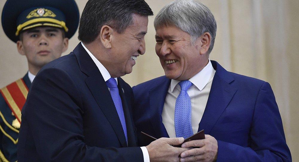 Сооронбай Жээнбеков и Алмазбек Атамбаев на торжественной церемонии официального вступления Сооронбая Жээнбекова в должность президента КР. Архивное фото