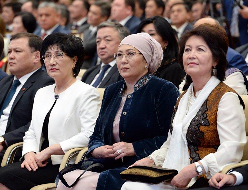 Первая леди Кыргызстана Айгул Жээнбекова и экс первая леди Раиса Атамбаева и верховный судья Айнаш Токбаева на торжественной церемонии официального вступления Сооронбая Жээнбекова в должность президента КР