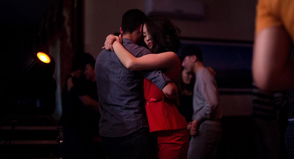 Танцующая в обнимку пара. Архивное фото