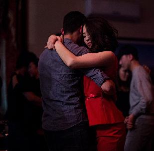 Пара танцуют в обнимку. Архивное фото