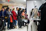 Покупатели в магазине во время распродажи в черную пятницу